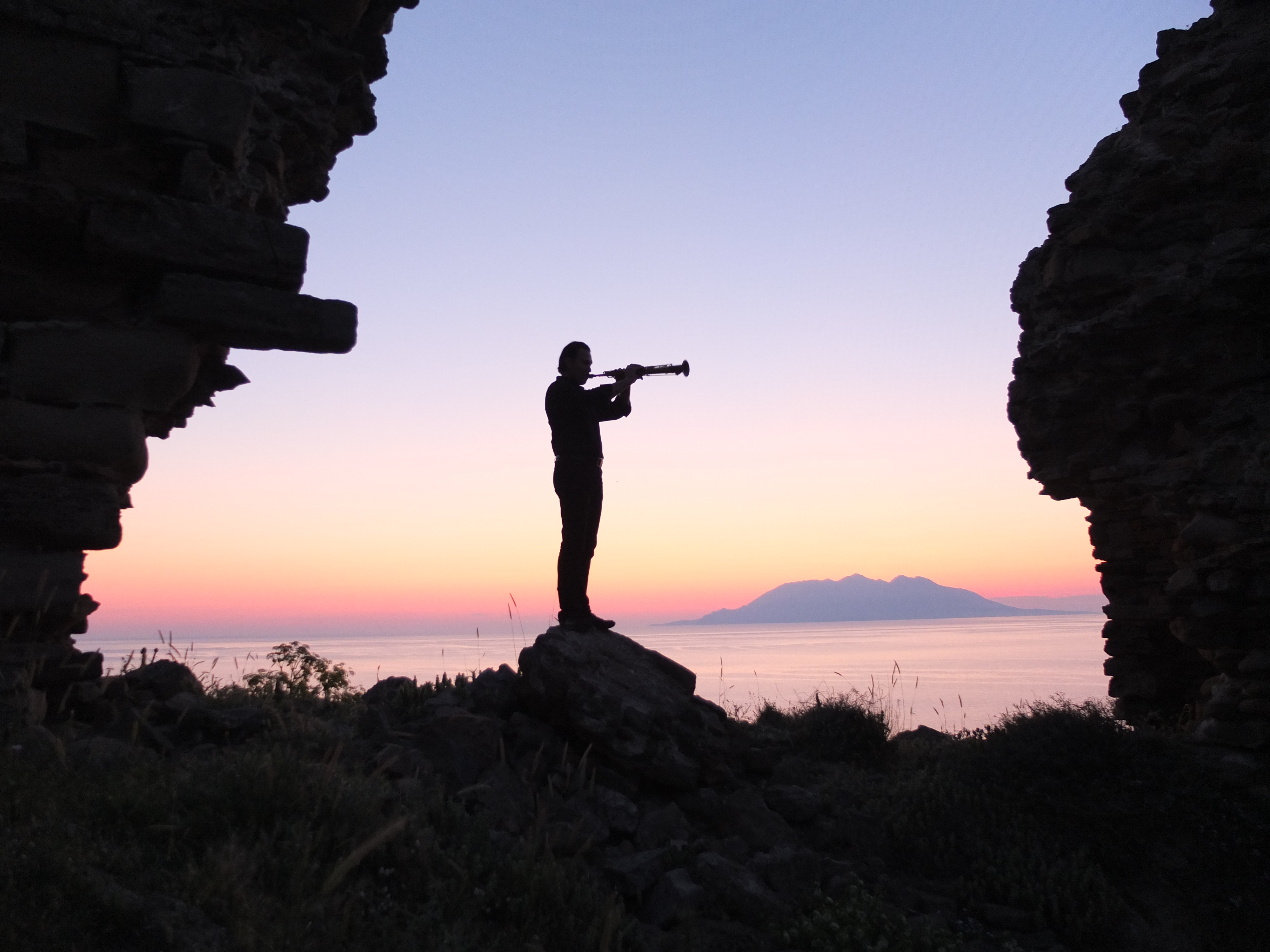 Mulo Francel mit Meer und Ruine